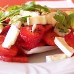 Śródziemnomorska sałatka z truskawek i camemberta 2